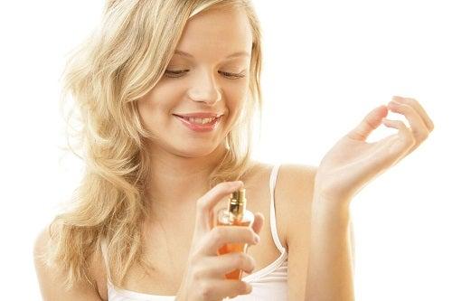 Utilizări surprinzătoare ale vaselinei amestecate cu parfum