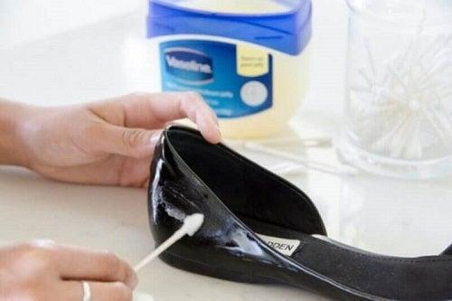 Vaselina pe lista de alternative pentru lustruirea pantofilor