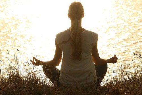 Yoga și meditația pe lista de obiceiuri sănătoase pentru o viață liniștită