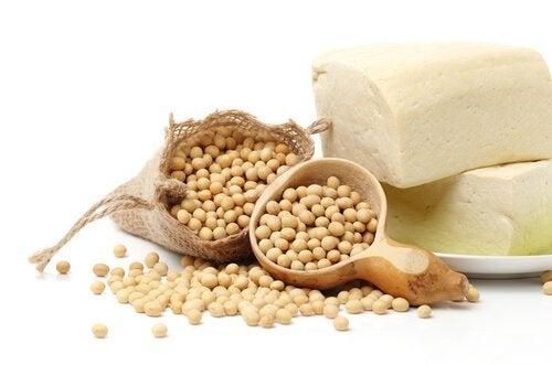 Alimente bogate în proteine precum soia