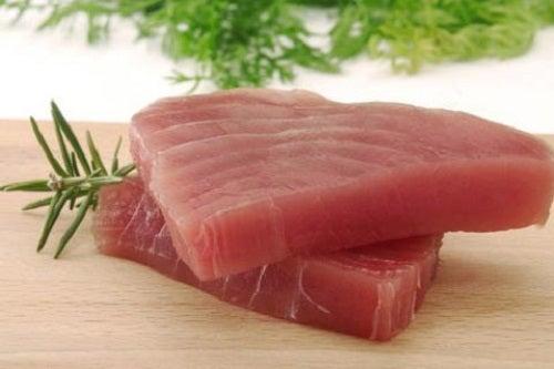 Alimente bogate în proteine precum tonul