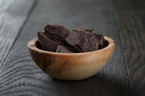 Alimente permise în dieta ketogenică precum ciocolata amăruie