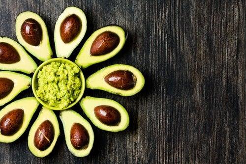 Avocado inclus în tratamente faciale naturale pentru ten strălucitor