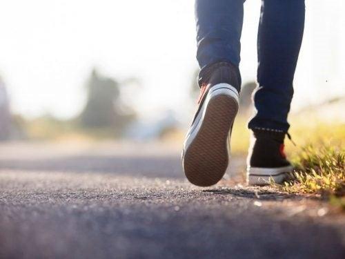 Beneficii incredibile ale plimbărilor zilnice ce ne încarcă cu energie