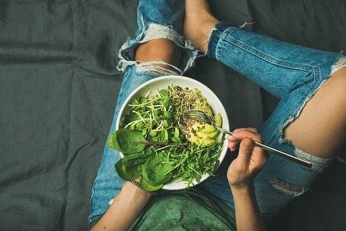 Cum se poate combate anemia prin carență de fier consumând salate