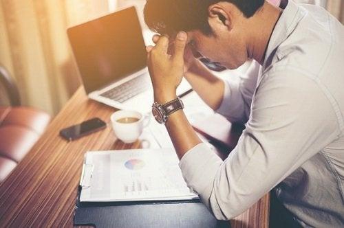 Modalități de a combate simptomele durerii de cap cauzate de stres