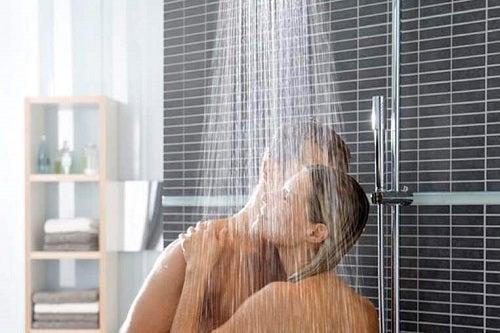 Cum să practici sărutul negru luând anumite măsuri de protecție sub duș