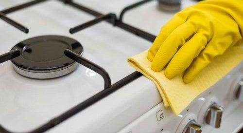 Curățarea petelor pe lista de trucuri pentru a-ți menține casa curată