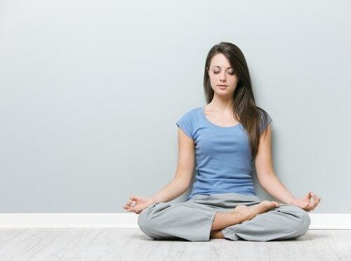 Exerciții simple pentru a ameliora durerea cervicală acasă