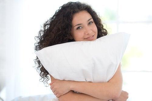 Exerciții simple pentru a ameliora durerea cervicală cu perna