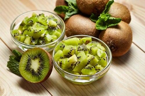 Kiwi folosit în băuturi detoxifiante pentru slăbit
