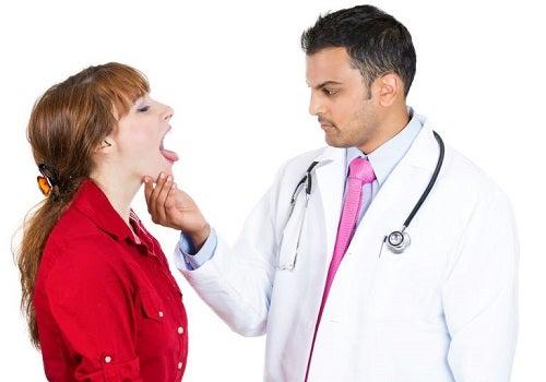 Medic ce examinează simptome inițiale ale cancerului limbii