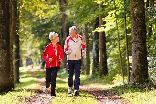 Mersul pe jos pentru menținerea în formă după 50 de ani