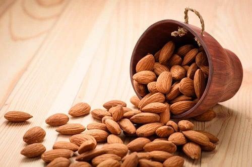 8 motive să consumi 4 migdale în fiecare zi
