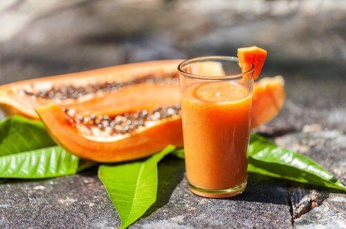 Remediu pentru balonare și flatulență sub formă de băutură cu papaya