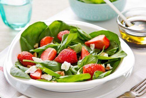 Rețete gustoase cu spanac și căpșune