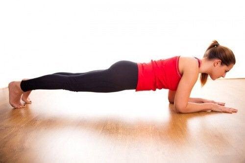 Scândura pe lista de exerciții pentru tonifierea mușchilor abdominali