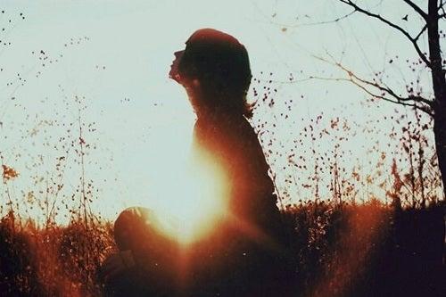 Sfaturi pentru acceptarea singurătății prin cunoașterea de sine