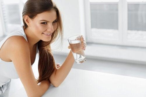 Simptome ale retenției de apă precum deshidratarea