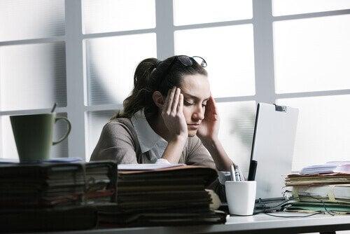Simptomele durerii de cap cauzate de stres la femei