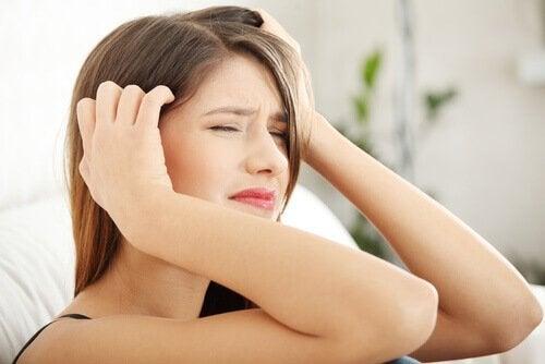 Simptomele durerii de cap cauzate de stres la tineri