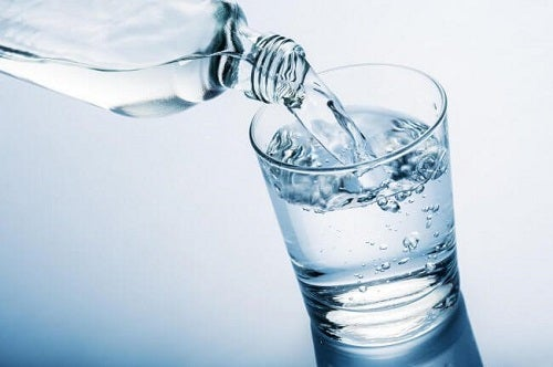 Trucuri ca să te menții sănătoasă la menopauză precum hidratarea