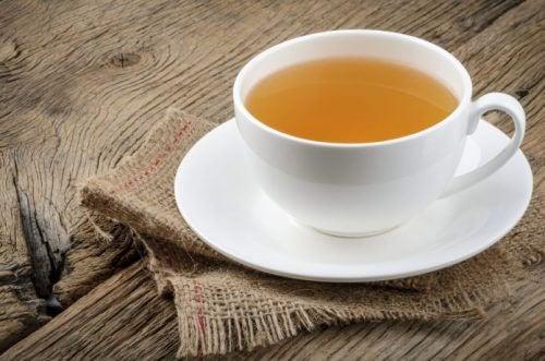 Trucuri pentru a dormi bine precum servirea unui ceai fierbinte