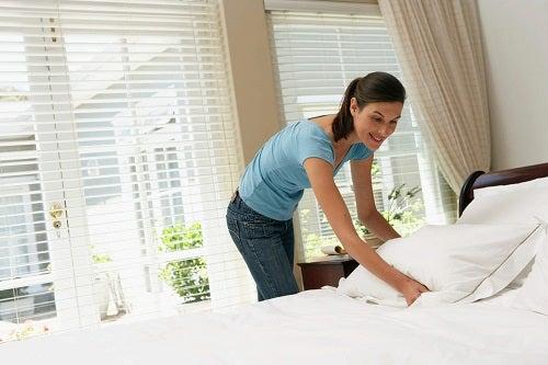 Trucuri pentru a-ți menține casa curată precum aranjarea patului