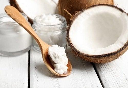 Uleiul de cocos pe lista de uleiuri vegetale pentru gene frumoase