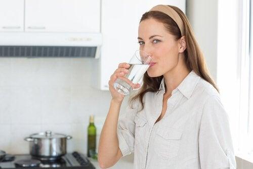 Alimente pentru a trata hipotensiunea arterială precum apa minerală