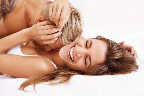 Bărbat care știe cum se stimulează sfârcurile unei femei