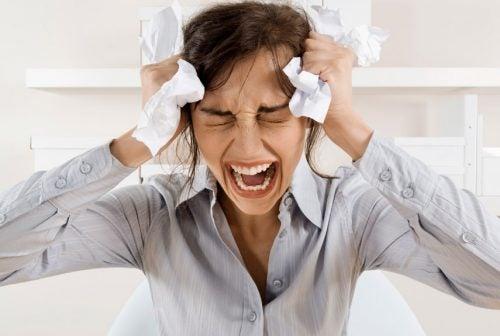 Cauze ale căderii părului precum stresul cronic