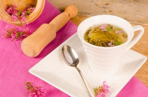 Ceaiul de valeriană pe lista de tratamente naturiste pentru insomnie
