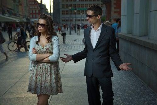 Cuplu ce manifestă comportamente care prezic eșecul unei relații