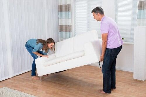 Cuplu punând în aplicare trucuri pentru o casă mai organizată