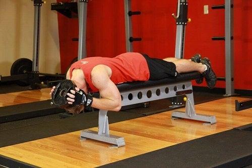 Exerciții care întăresc mușchii gâtului pe bancă