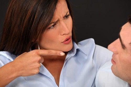 Femeie vinovată de comportamente care prezic eșecul unei relații