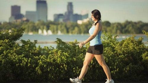 Femeie ieșind la o plimbare de o jumătate de oră