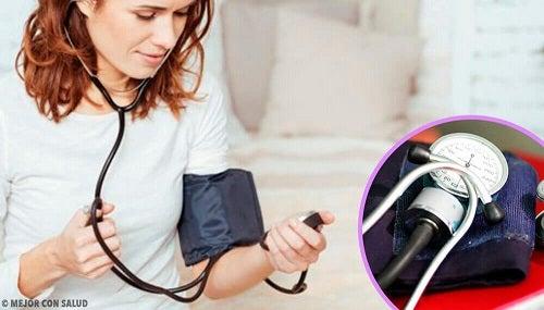 Măsurarea corectă a tensiunii arteriale acasă. 8 sfaturi