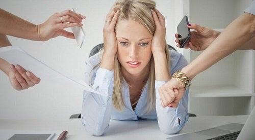Femeie care are nevoie de obiceiuri pentru îmbunătățirea funcției tiroidiene