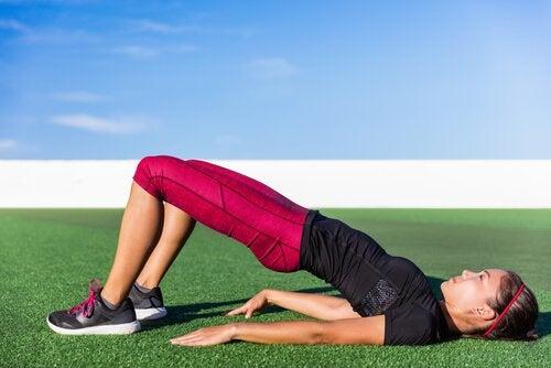 Femeie practicând exerciții pentru un abdomen tonifiat