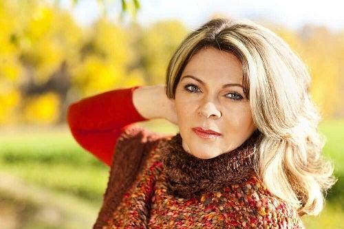 Femeie ce folosește produse cosmetice esențiale după vârsta de 40 de ani
