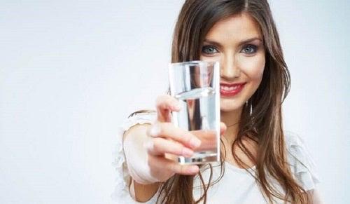 Femeie care bea un suc pentru curățarea naturală a intestinelor