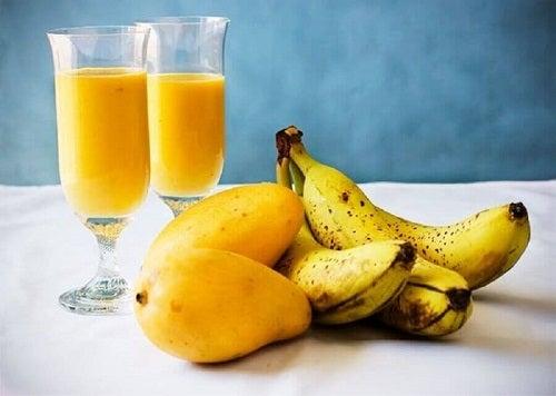Smoothie cu mango și banană