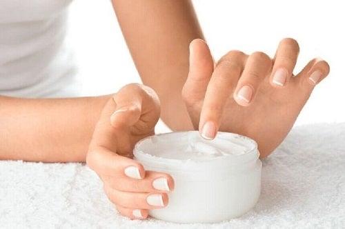 Motive pentru care ai unghiile fragile precum deshidratarea