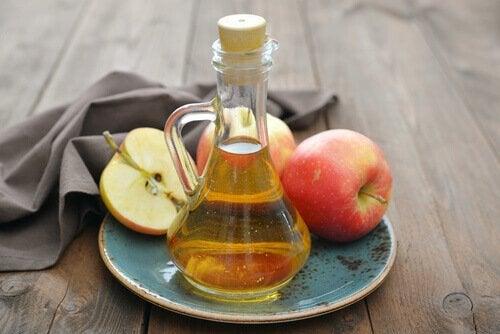Oțetul de mere pe lista de remedii naturale pentru durerile în gât