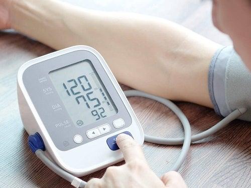 Poziția mâinii influențând măsurarea corectă a tensiunii arteriale acasă