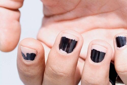Răzuirea ojei pe lista de motive pentru care ai unghiile fragile