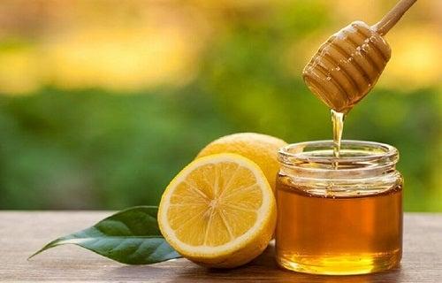 Remedii naturale pentru durerile în gât cu miere și lămâie