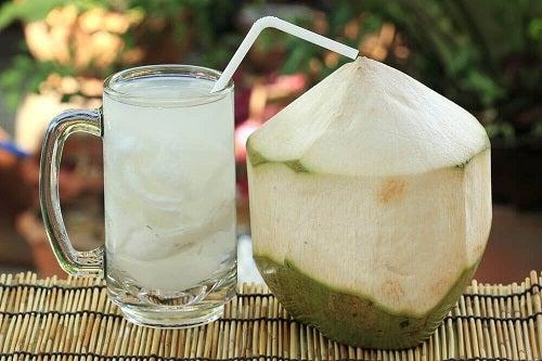 Remedii naturiste pentru infecțiile vezicii urinare preparate cu apă de cocos
